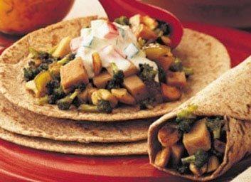 Placez quelques ingrédients dans des tortillas ou du pain pita