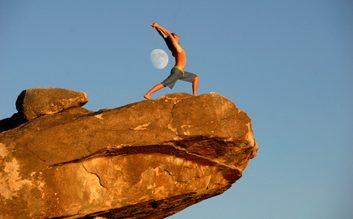Yoga sur un rocher