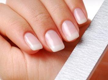 1. Stries sur les ongles.