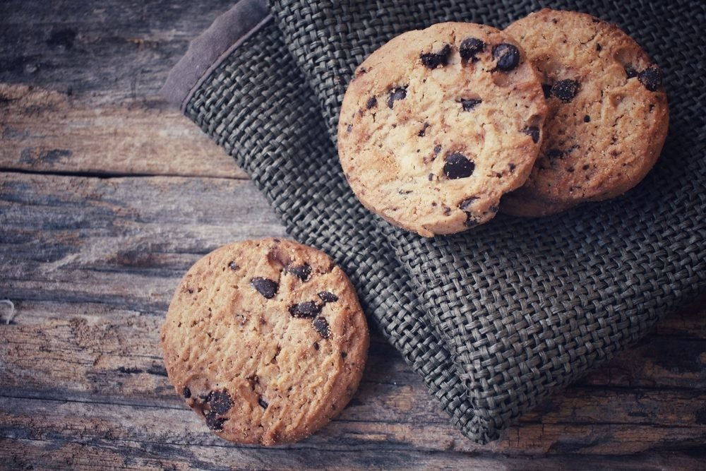 Une recette santé de biscuits protéinés aux pépites de chocolat et beurre d'arachides.