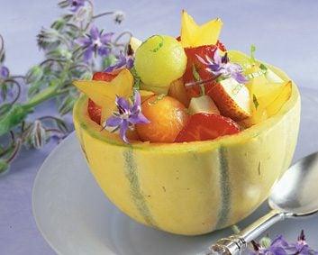 5. Fruits servis dans un bol comestible