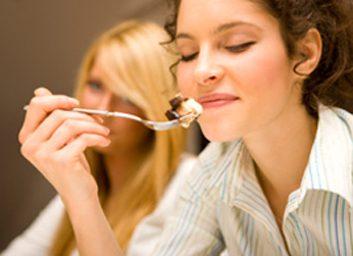 3. Évitez de manger seule.
