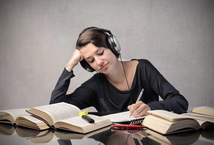 La musique instrumentale inspirante améliore votre acuité mentale.