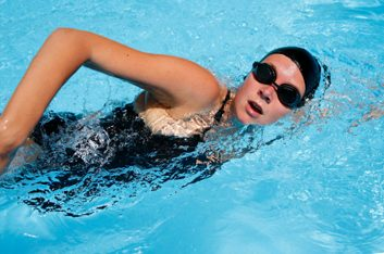 La natation pour un torse plus puissant.