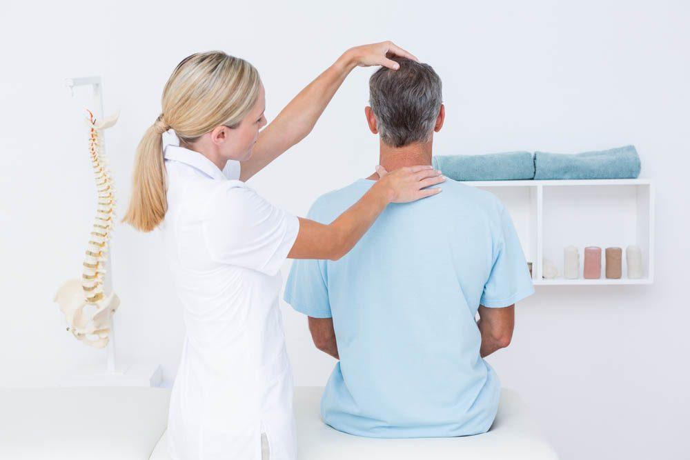 Ostéoporose : consultez un professionnel en cas de douleurs.