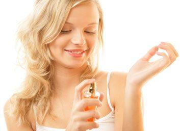 1. Frotter les poignets l'un contre l'autre après l'application de parfum