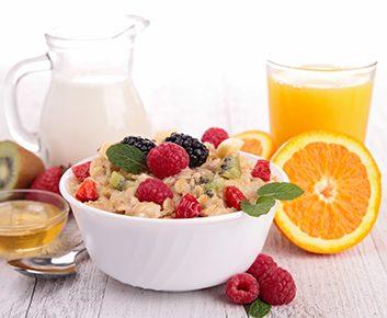 Pour la plupart des gens, un petit-déjeuner sain comporte trois éléments: