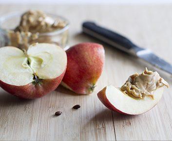 Des tranches de pommes et du beurre de noix