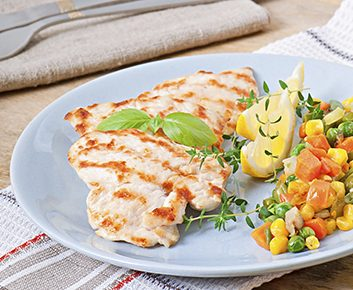 Poulet grillé avec salsa à la pêche et au maïs