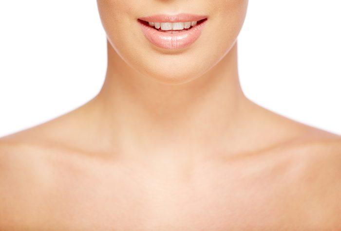 Problème de la peau du décolleté et décoloration du cou