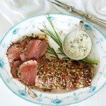 Recette facile: Filet de bœuf rôti aux herbes, sauce raifort et fromage bleu
