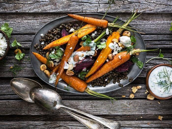 Recette santé de lentilles avec betteraves et carottes rôties.