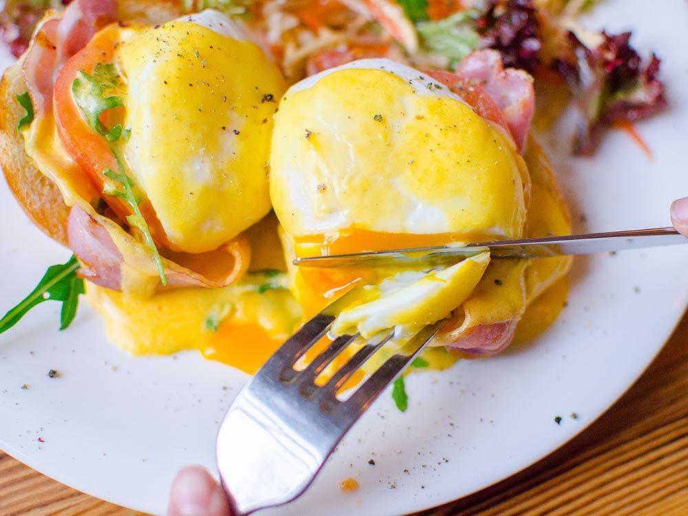 Recette faible en calories: les oeufs bénédictine.