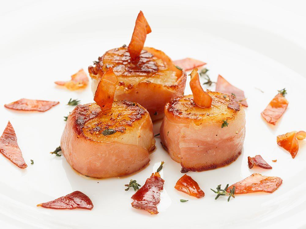Recette faible en calories: les pétoncles au prosciutto.