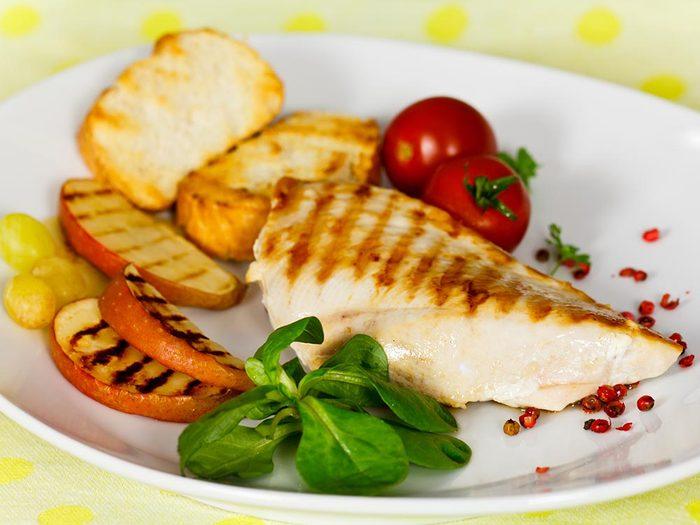 Recette faible en calories: blanc de poulet aux pommes.