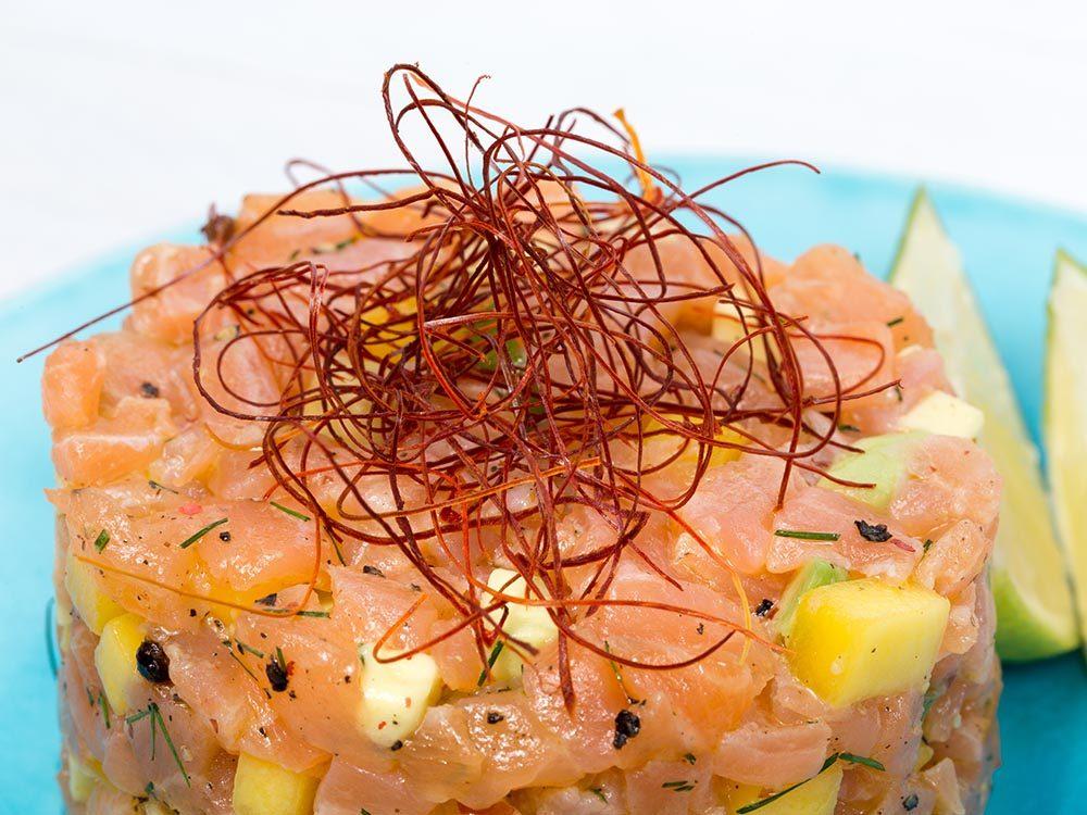 Recette faible en calories: tartare de saumon et mangue.