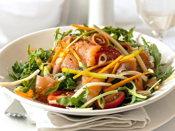 Recette faible en calories: saumon et légumes.
