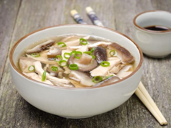 Recette faible en calories: la soupe au poulet à la chinoise.