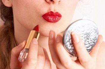 2. Méfiez-vous des rouges à lèvres de couleurs vives