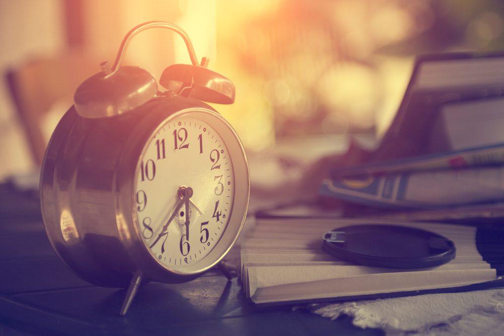 Tournez le réveille-matin face au mur