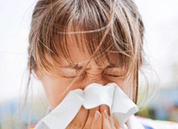 6. Éternuer la bouche fermée peut endommager votre nez.
