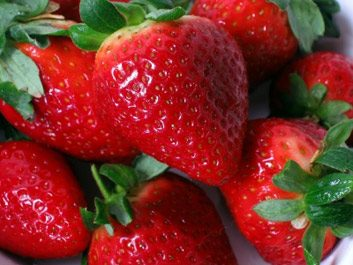 7. Glacez votre gâteau d'un coulis de fruits