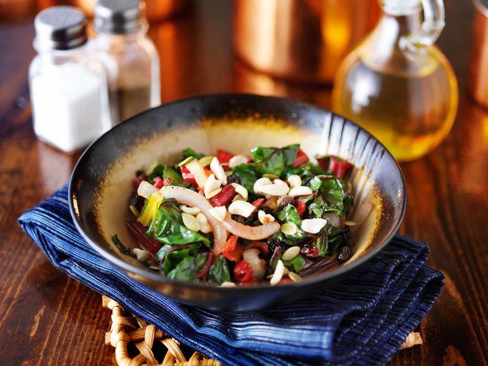 Une recette de bettes à carde arc-en-ciel aux canneberges séchées