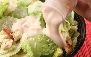 6.Problème: Lorsque je prends une salade au comptoir à salades, je mets des tonnes de fromage, de croûtons et de sauce crémeuse.