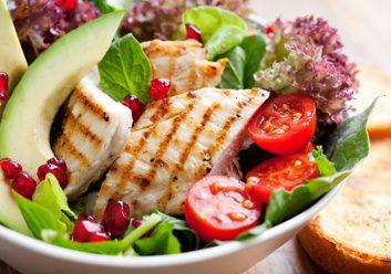 Sauter le dîner ou manger uniquement une salade.