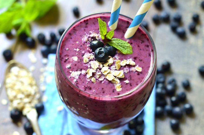 Des smoothies à base de fruits et de son d'avoine ou blé pour une diète riche en fibres.