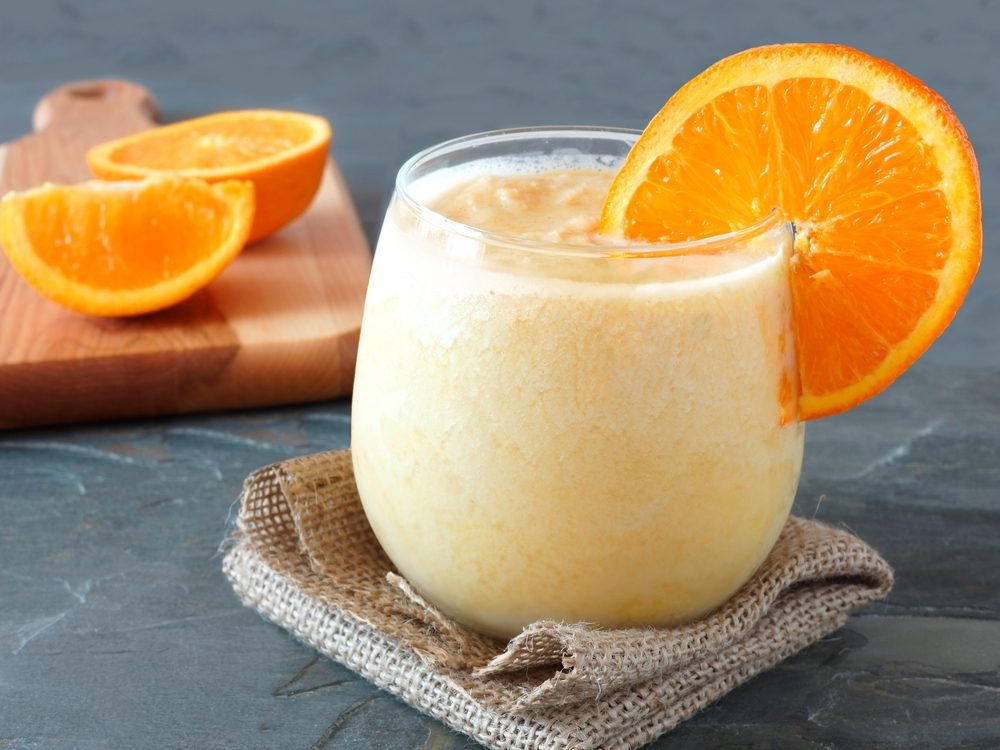 Un smoothie à l'orange, aux carottes et au gingembre