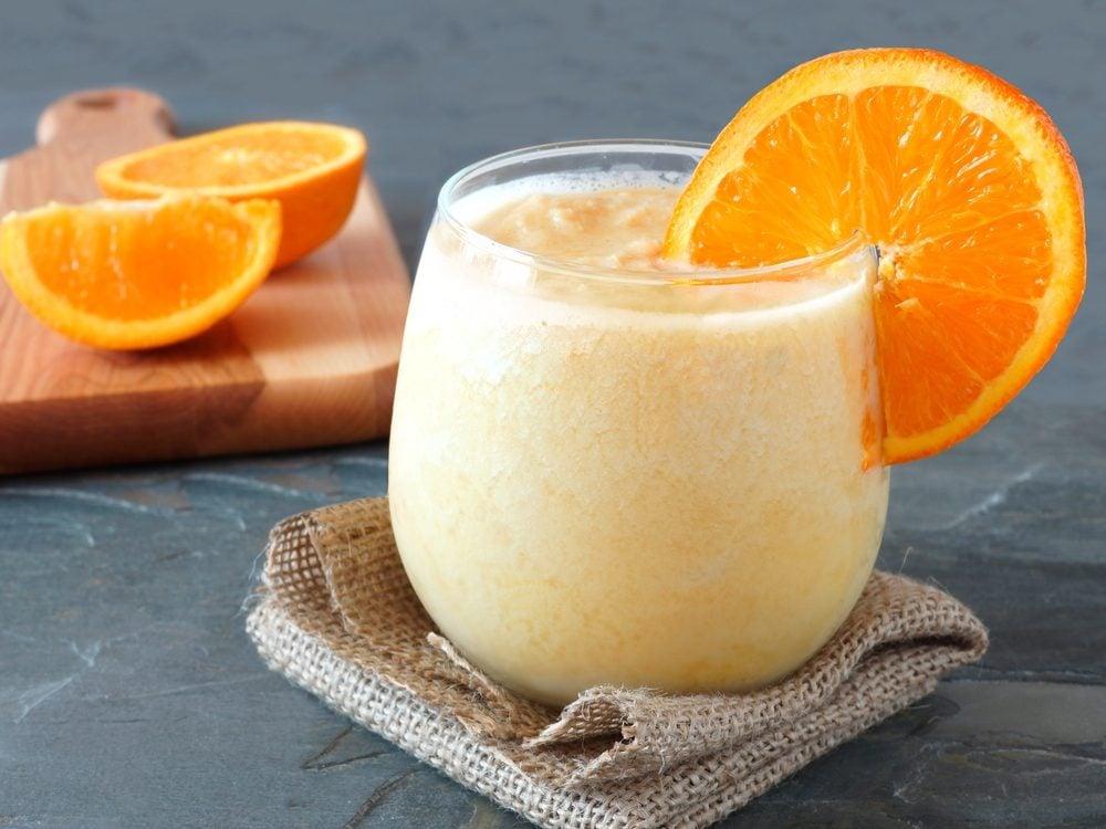 Un smoothie à l'orange, aux carottes et au gingembre