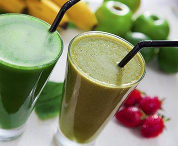 Smoothie aux fraises et aux légumes verts