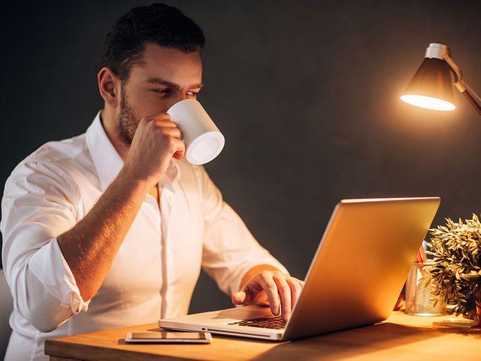 Pour un sommeil réparateur, évitez la caféine avant l'heure du coucher.
