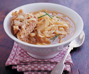 Soupe à l'oignon aux croûtons gratinés