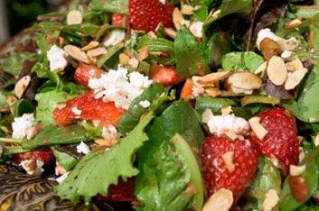 8. Salade aux fraises et à la roquette, avec raisin et noisette