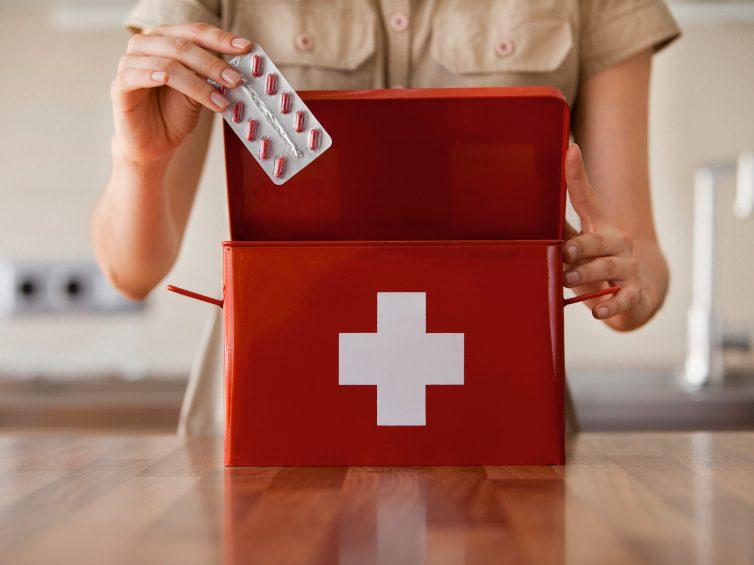 Que faut-il mettre dans la trousse de premiers soins ?