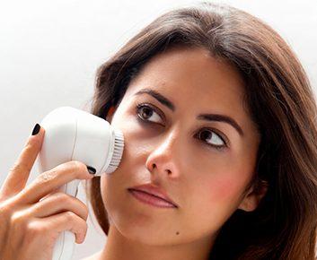 La brosse sonique pour exfolier: efficace ou non?
