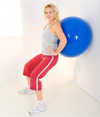 2. Assis avec un ballon contre le mur