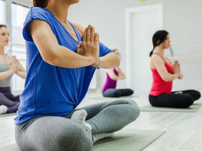 Éviter de vous parfumer avant une séance de yoga chaud.