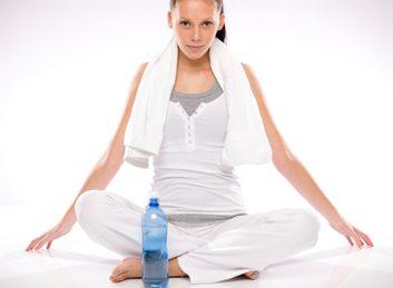Vous devez boire beaucoup d'eau avant de pratiquer le hot yoga.