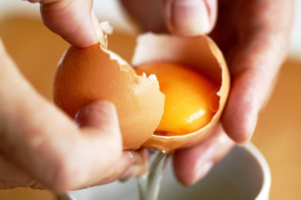 Séparez les blancs d'œuf des jaunes avec une bouteille vide