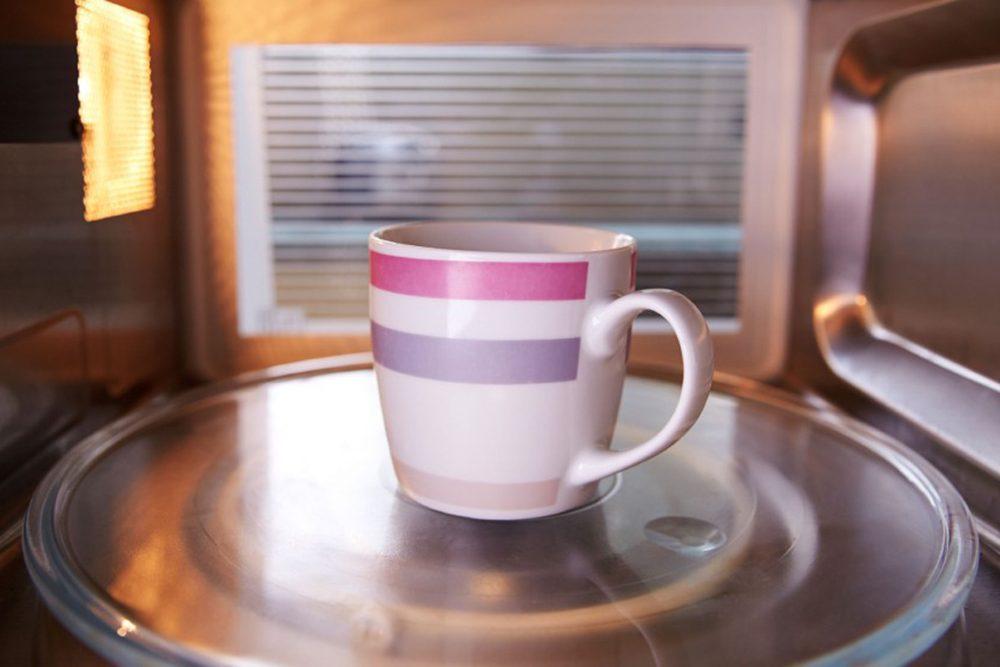 Tasse dans un four à micro-ondes.