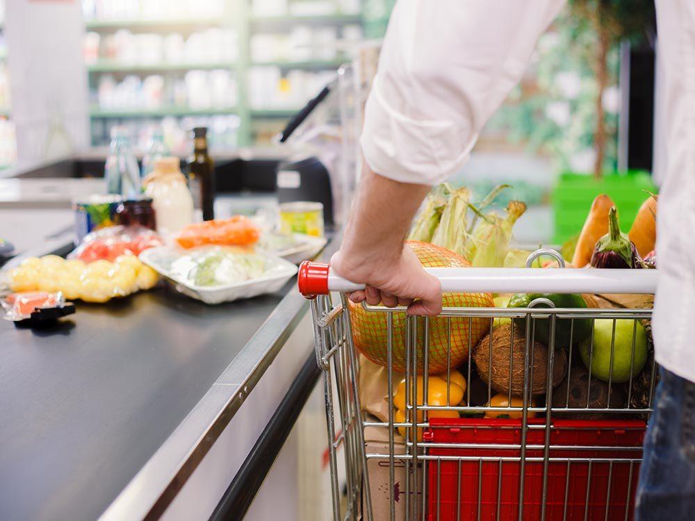 N'achetez pas les aliments qui se trouvent près de la caisse.