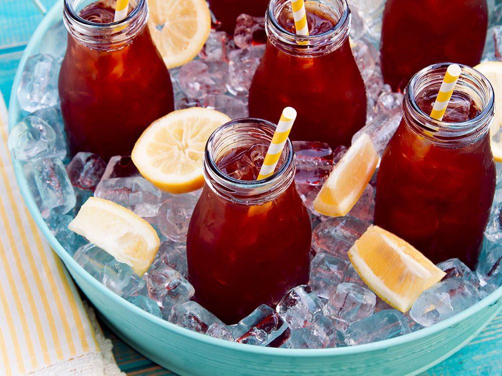Parmi les aliments à ne pas acheter, on retrouve les bouteilles de thé glacé très riches en sucre.