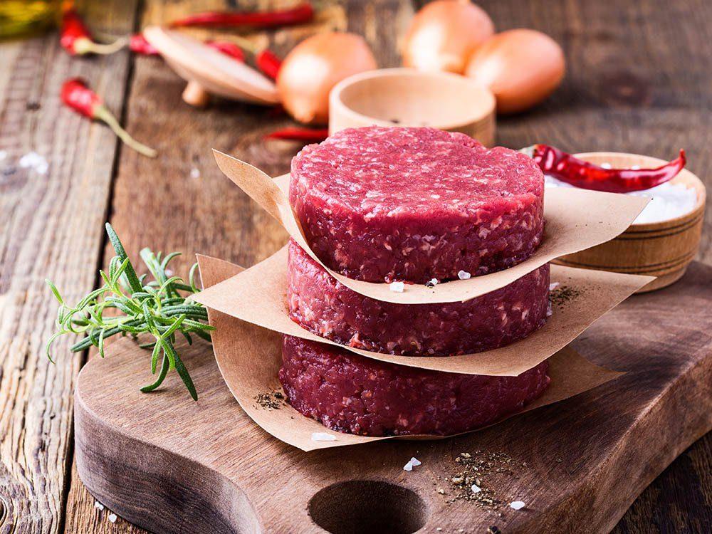 Aliments à ne pas racheter: la viande préformée.