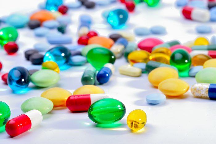 Des antibiotiques rendant votre peau vulnérable au soleil.