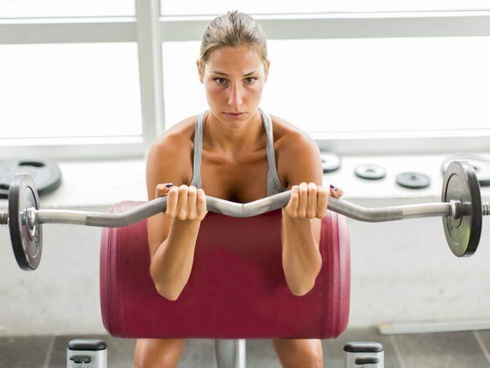 Baissez les haltères lentement pour augmenter votre métabolisme.