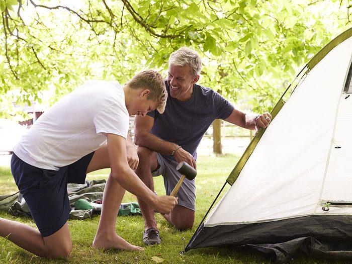 Incontournable en camping: la trousse de réparation.