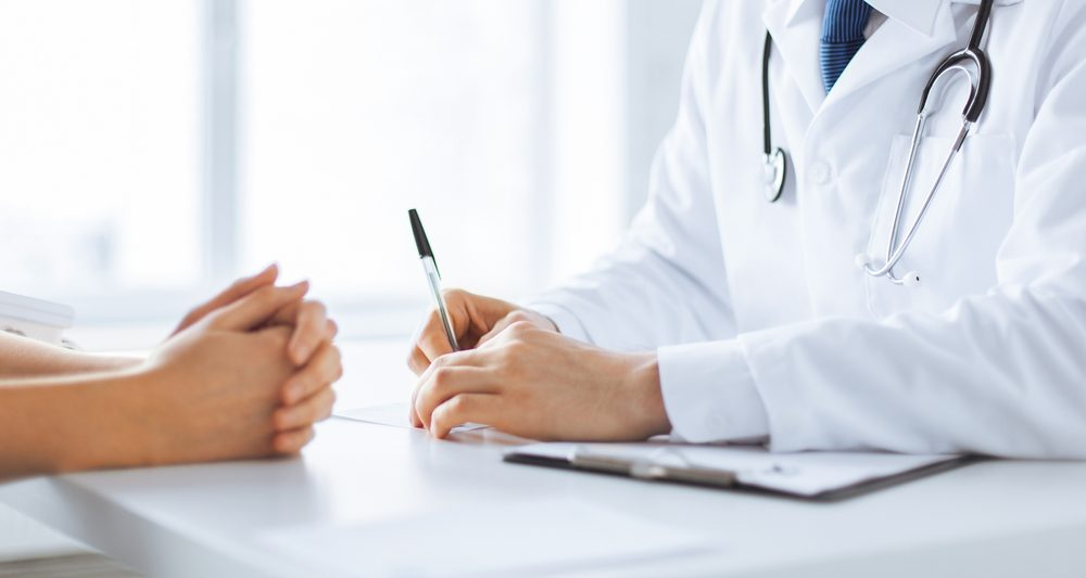 Symptôme de cancer chez la femme: sang dans les selles.